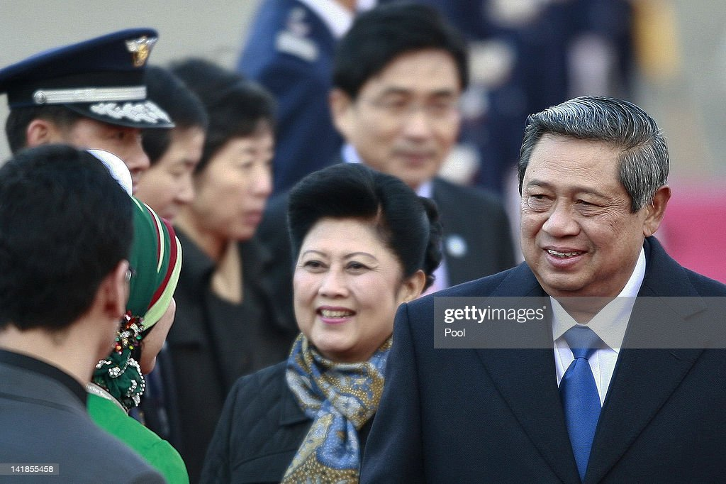 Indonesian President Susilo Bambang Yudhoyono and his wife Kristiani Yudhoyono arrive at Seoul military airport on March 25, 2012 in Seoul, South Korea. World leaders are gathering in Seoul to discuss the threat of nuclear terrorism, the recurrence nuclear power plant meltdown and to minimize nuclear material across the world.