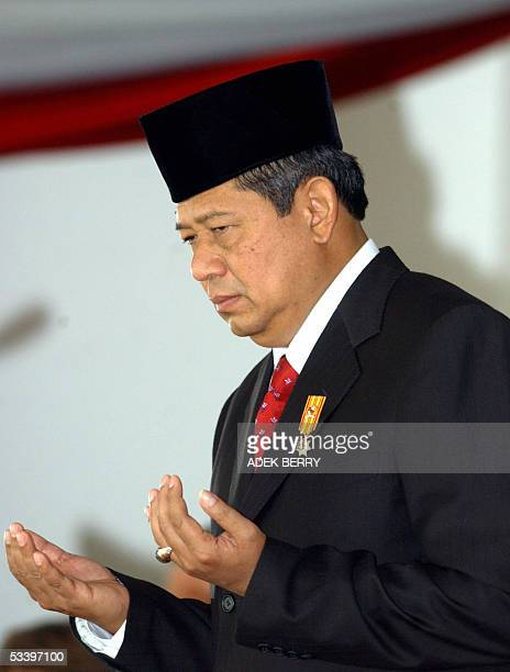 Indonesian President Susilo Bambang Yudhoyono prays during a ceremony marking the country's independence day in Jakarta, 17 August 2005. The...