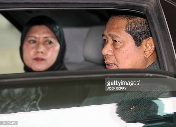 Indonesian President Susilo Bambang Yudhoyono talks to first lady Kristiani shortly after their arrival at Fatmawati airport in Bengkulu 17 September...