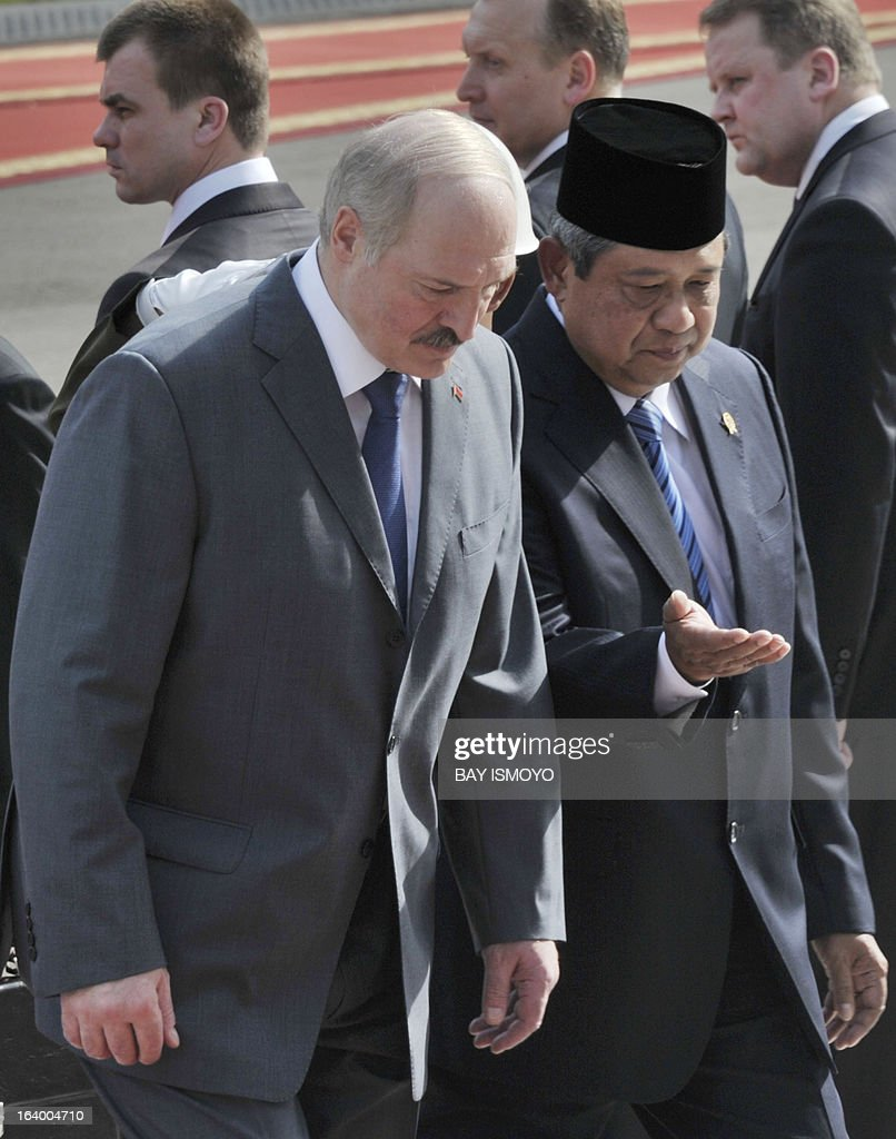 Indonesian President Susilo Bambang Yudhoyono (R) talks to his Belarus counter part Alexander Lukashenko (L) during their meeting at the Presidential palace in Jakarta on March 19, 2013. Lukashenko, on his two-day visit, will discusse joint efforts to enhance cooperation in the fields of agriculture, science and technology with Yudhoyono. AFP PHOTO / Bay ISMOYO
