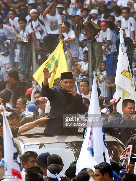 Indonesian presidential candidate Amien Rais waves to supporters during his campaign at Bung Karno stadium in Jakarta 26 June 2004 In front of...