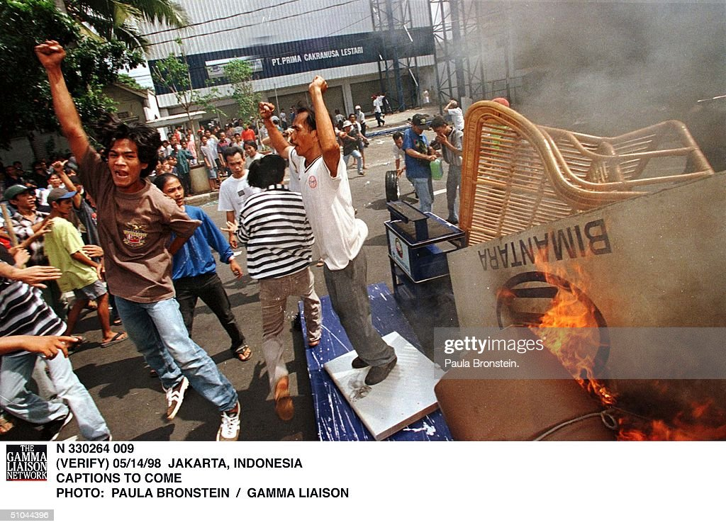 Indonesian Protesters Set A Fire May 15 1998 In Jakarta Indonesia Is Facing One Of The M : ニュース写真
