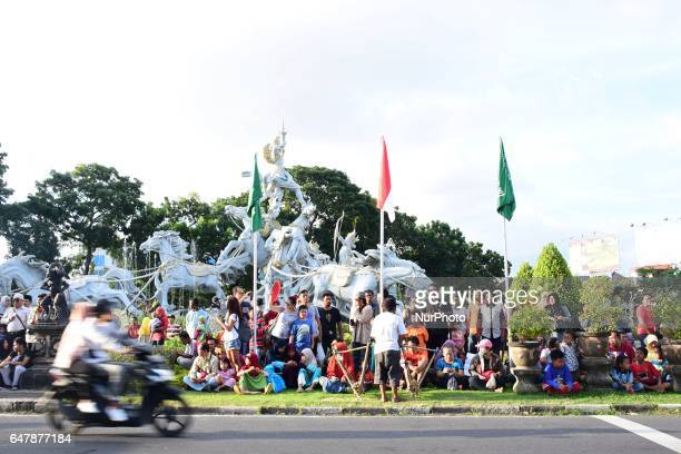 Indonesian show their enthusiasm welcoming King Salman bin Abdul Aziz alSaud of Saudi Arabia's holiday to Bali by waiting with their Indonesian...