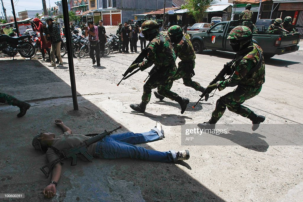 Indonesian soldiers conduct an anti-terror exercise in Banda Aceh on May 25, 2010. A series of anti-terror operation in Aceh province last March has resulted the capture of militant's training camps and the arrest and kill deaths of members of various terror groups.
