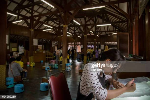 Indonesian student learns to make batik and produce their own piece of handmade batik at the Textile Museum in Jakarta Indonesia onon 17 March 2017...