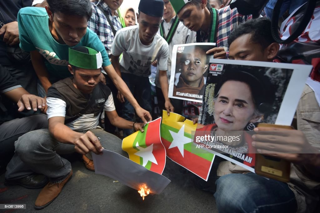 Indonesian students from HMI (The Muslim Students' Association) burn images of the Myanmar national flag during a protest against Myanmar government's handling of the Rohingya crisis next to the Myanmar embassy in Jakarta on September 7, 2017. Protests to the Myanmar government continued on September 7 in Indonesia, as demonstrators demanded an end to violence against the country's Rohingya Muslim minority. / AFP PHOTO / Adek BERRY