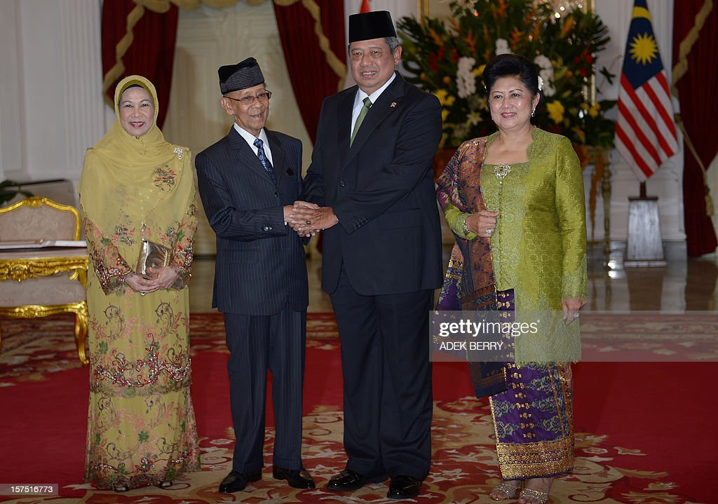 Indonesia's President Susilo Bambang Yudhoyono (2nd R) shakes hands with Malaysian King Yang Dipertuan Agong Abdul Halim (2nd L) next to Ani Yudhoyono (1st R) Permaisuri Queen Agong Haminah during a visit at the presidential palace in Jakarta on December 4, 2012. Malaysian King Yang Dipertuan Agong Abdul Halim held a meeting with Indonesia's President Susilo Bambang Yudhoyono in his six-day visit to enhance the relationship between the two countries.
