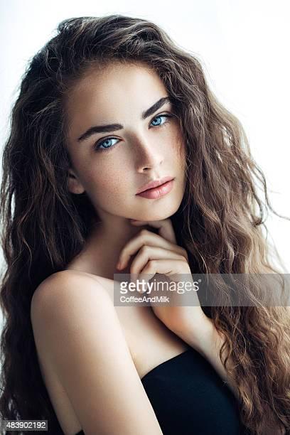 Indoor Schuss von junge schöne Frau