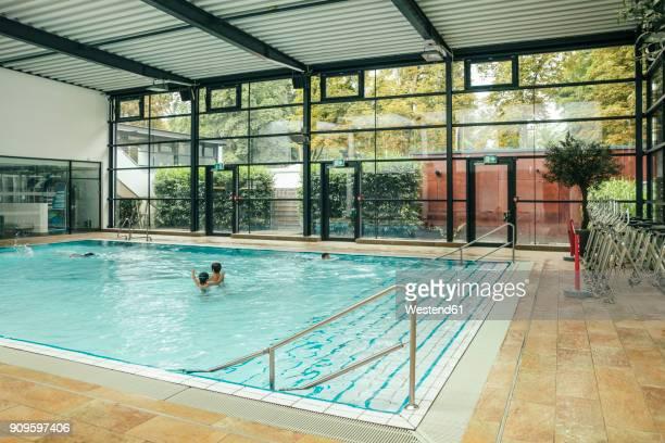 indoor swimming pool - 室内プール ストックフォトと画像