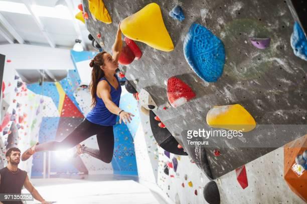 屋内壁クライミングやボルダリングをエクストリーム スポーツ - クライミングウォール ストックフォトと画像