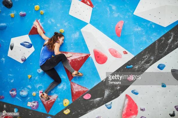 indoor wand klettern und bouldern extremsport - beweglichkeit stock-fotos und bilder