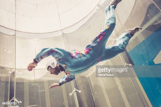 à l'intérieur de parachutisme - battant - sports extrêmes perspective - simulation de chute libre - s'entraîner photos et images de collection