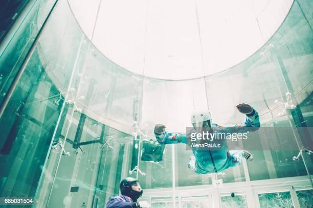 Indoor Fallschirmspringen - Lehrer lehren, wie man fliegen - Freifall-simulation