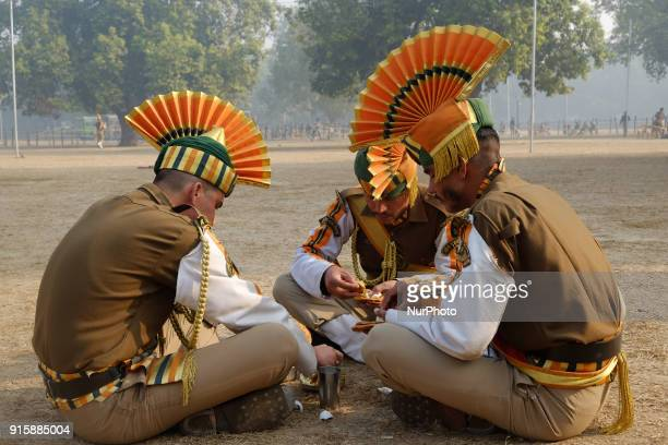 Indo-Tibetan Border Police soldies eat breakfast after rehearsing for the upcoming 69th Republic Day Parade in New Delhi on January 13, 2018.