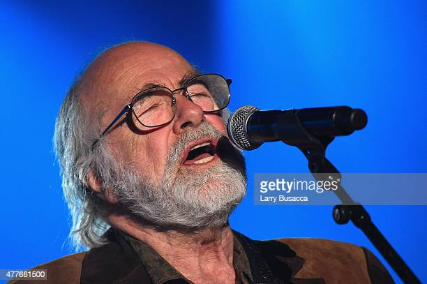Inductee Singersongwriter Robert Hunter speaks onstage at the Songwriters Hall Of Fame 46th Annual Induction And Awards at Marriott Marquis Hotel on...