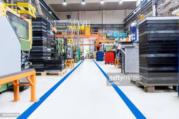 Couloir industriel avec ligne de démarcation