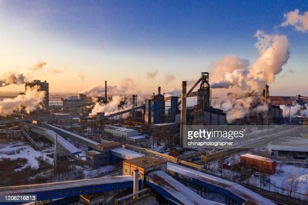 冬の工業地帯の夕日 - 工場地帯 ストックフォトと画像