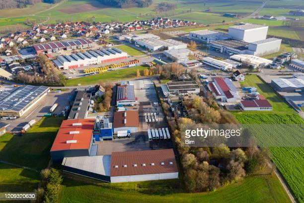 工業地帯, 倉庫のトラック, 空中写真 - 工場地帯 ストックフォトと画像