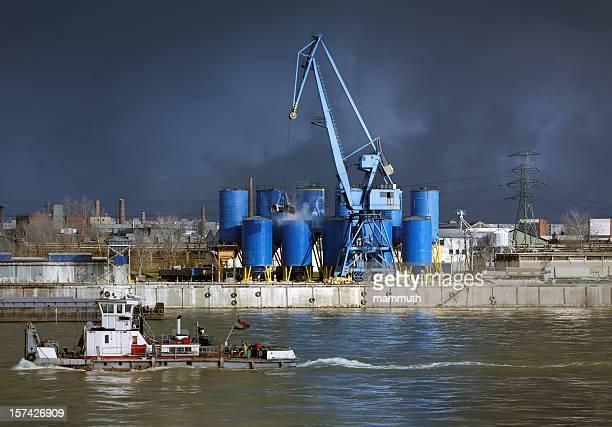 Industriegebiet mit Kran und Schiff vor dem Sturm