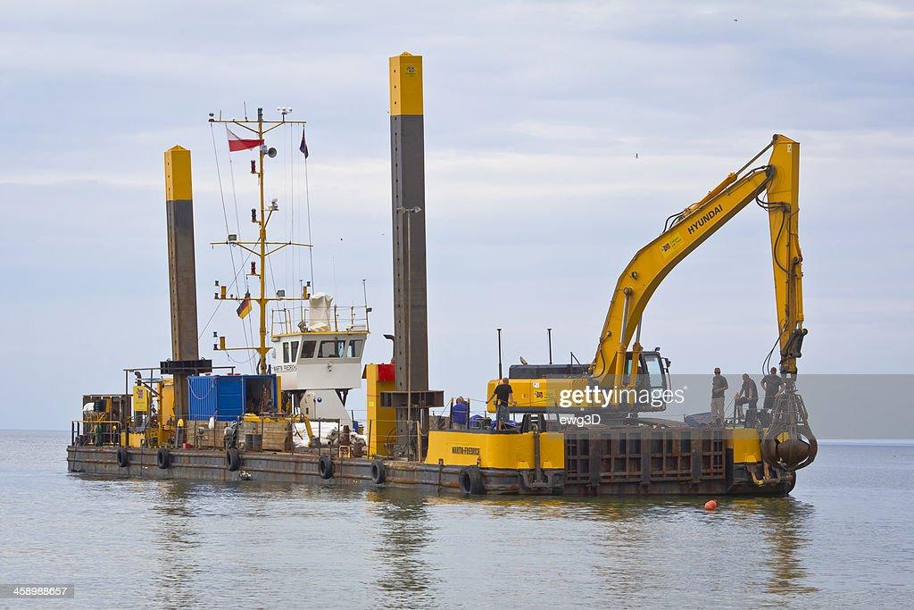 産業用のバージに Excavator 海 : ストックフォト