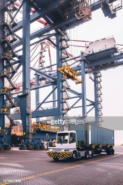 industriële kraan in containers depot - djibouti stockfoto's en -beelden