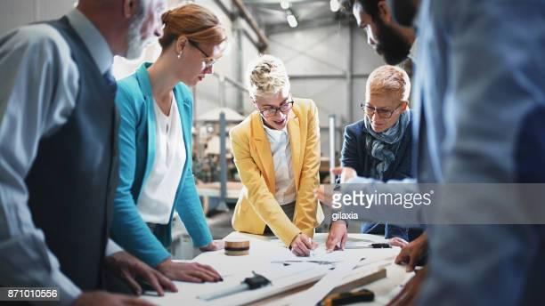 équipe de design industriel lors d'une réunion. - groupe moyen de personnes photos et images de collection