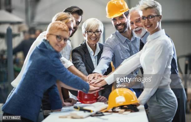 industrie-design-team in einer besprechung. - baumaterial stock-fotos und bilder