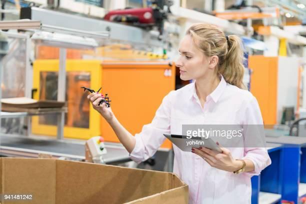 Industrielle Experten untersuchen Kunststoff Ware