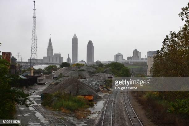 industrial railway leading to the cloudy city skyline - cleveland ohio fotografías e imágenes de stock