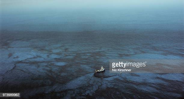 industrial ship in oil spill on sea, gulf of mexico, mississippi, usa - vattenförorening bildbanksfoton och bilder