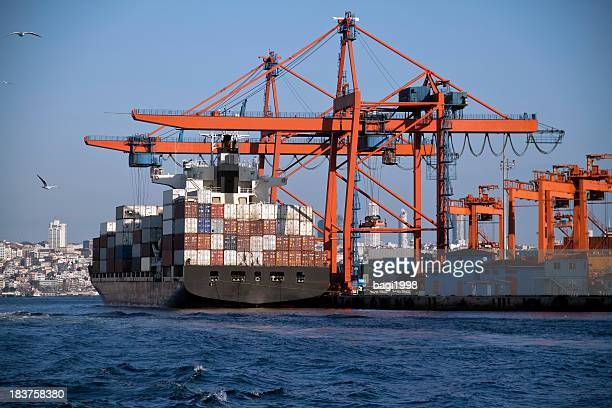 Navire industriel dans le port