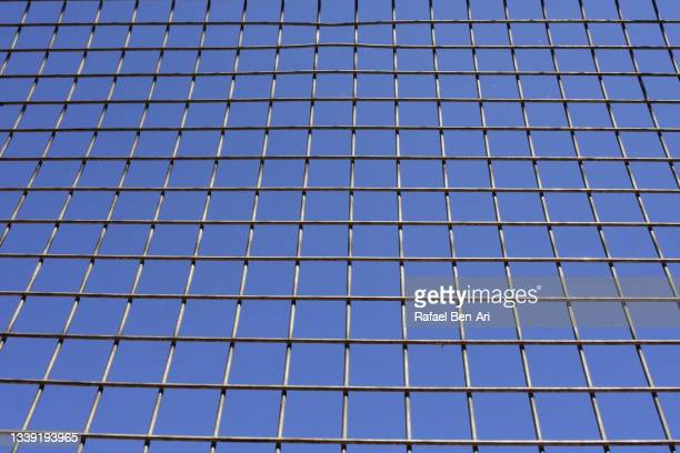 industrial wire mesh military cage background - rafael ben ari fotografías e imágenes de stock
