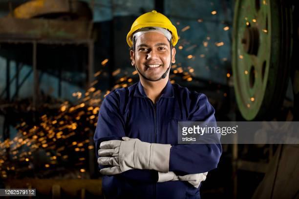 trabalhador industrial na fábrica - metalúrgico - fotografias e filmes do acervo