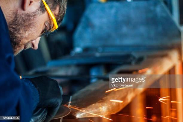 Ouvrier industriel avec outil de travail