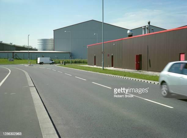 industrial zone - roads skirting light and heavy industry. - industriegebiet stock-fotos und bilder
