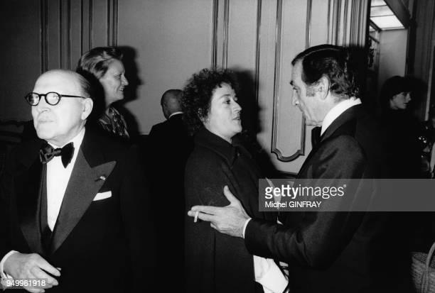 L'industriel Marcel Dassault et l'acteur Lino Ventura lors de la projection du film La Gifle dans les locaux du journal Jour de France à Paris en...