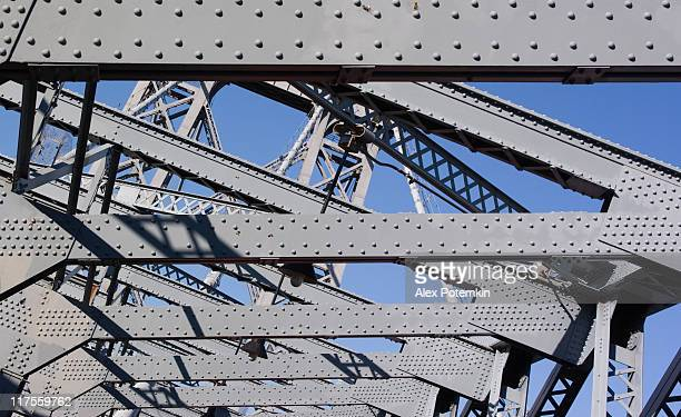 industryal structure: williamsburg bridge between manhattan and brooklyn - bridge built structure stock pictures, royalty-free photos & images