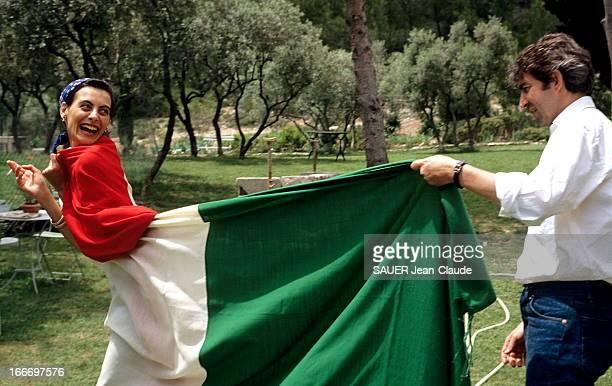Ines De La Fressange And Luigi D'Urso Juin 1990 Luigi D'URSO drapant d'un drapeau italien sa future épouse le top model Inès DE LA FRESSANGE