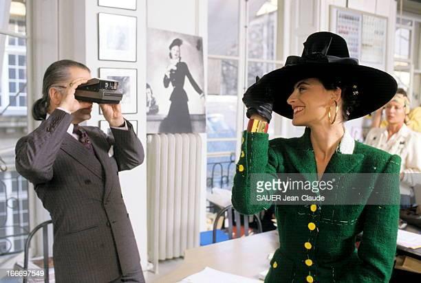 Ines De La Fressange At Chanel Passionné de photo Karl LAGERFELD réalise luimême le dossier de sa collection pour Chanel Ici dans son studio de...