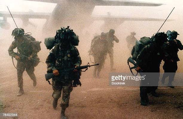 infantry division deployed by military aircraft - infantería stock pictures, royalty-free photos & images