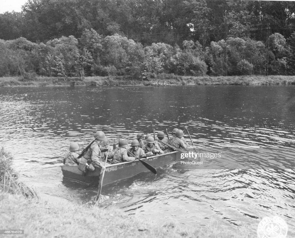 Infantrymen Crossing Moselle River : Nieuwsfoto's