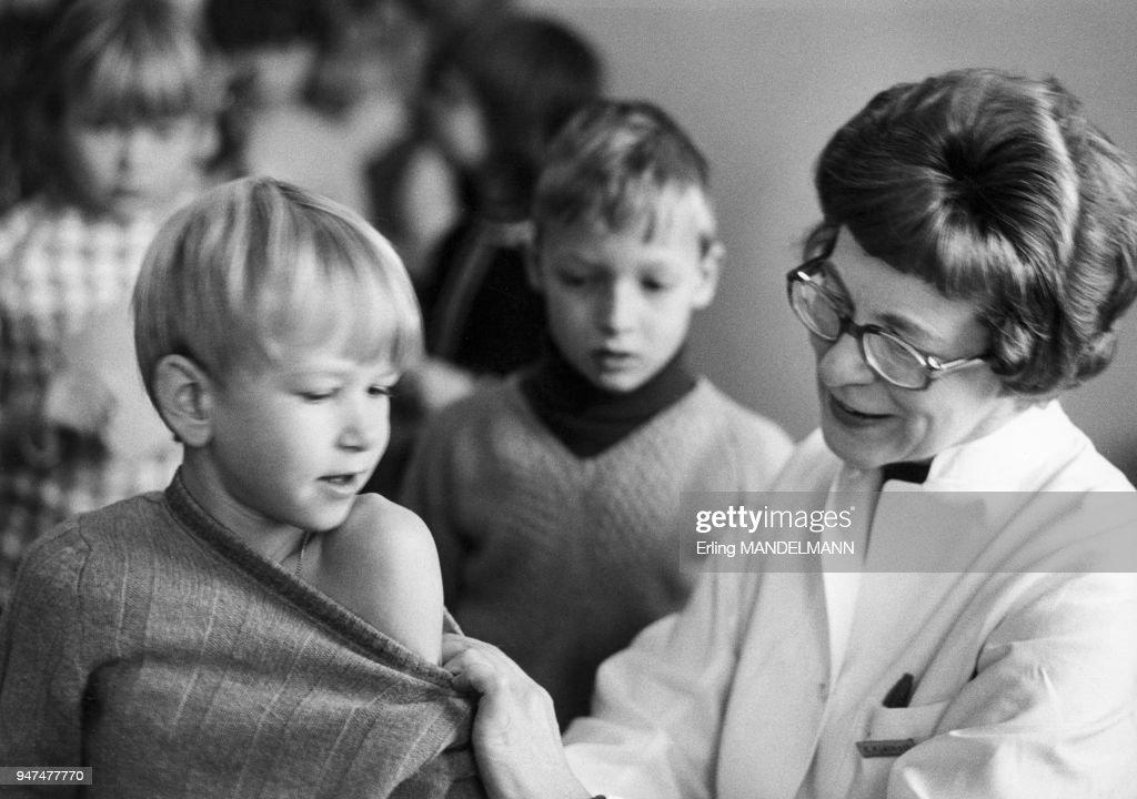 Infirmière vaccinant des enfants à l'école : Nieuwsfoto's