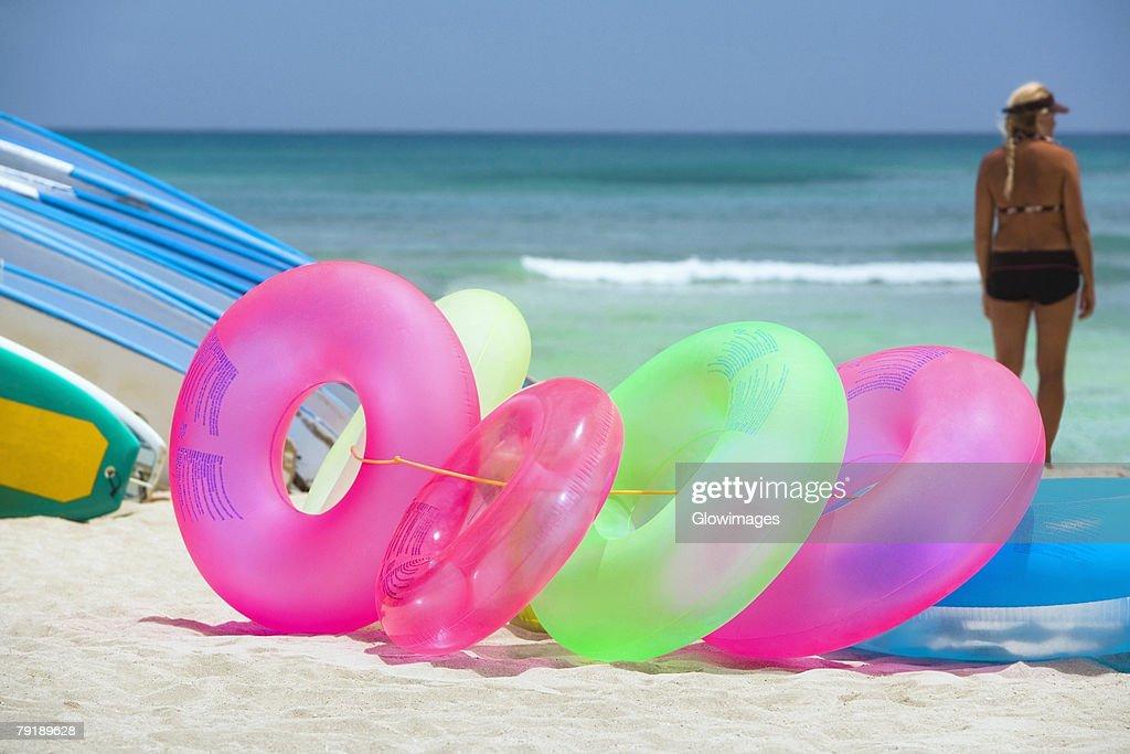Inflatable rings and surfboards on the beach, Waikiki Beach, Honolulu, Oahu, Hawaii Islands, USA : Foto de stock