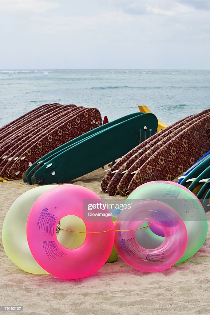 Inflatable rings and surfboards on the beach, Waikiki Beach, Honolulu, Oahu, Hawaii Islands, USA : Foto de stock