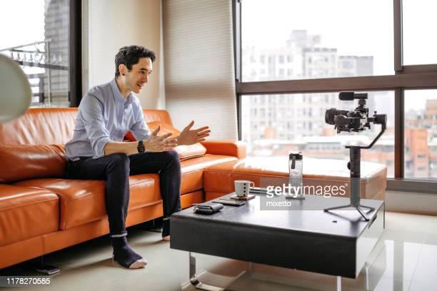 彼のアパートからvlogを撮影インフルエンサー - メディア機材 ストックフォトと画像