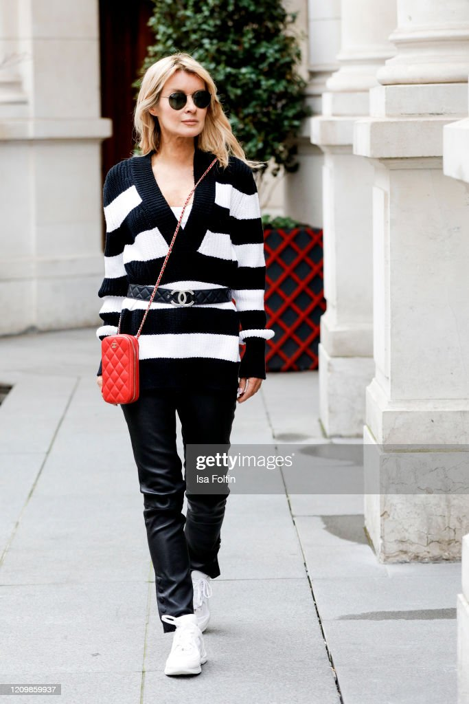 Street Style - Fashion Week Paris - February 28 - March 1, 2020 : News Photo