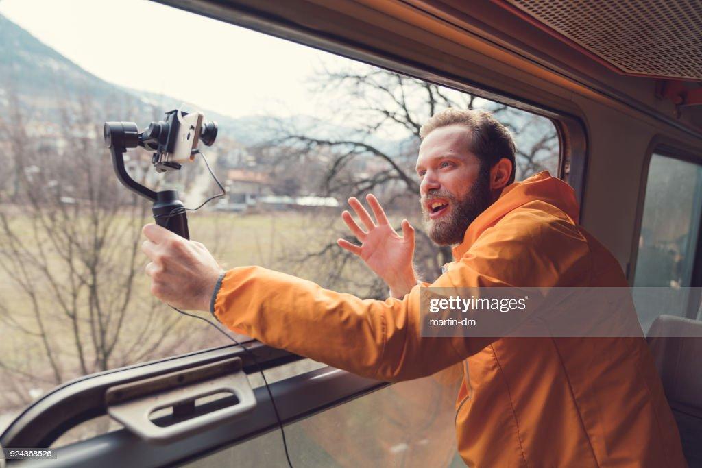Influenciador, viajando no trem e vlogging : Foto de stock