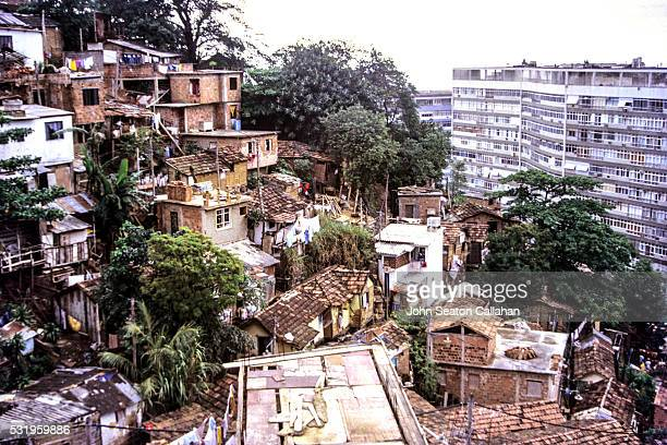 informal favela settlement in rio de janeiro - social inequality stock pictures, royalty-free photos & images