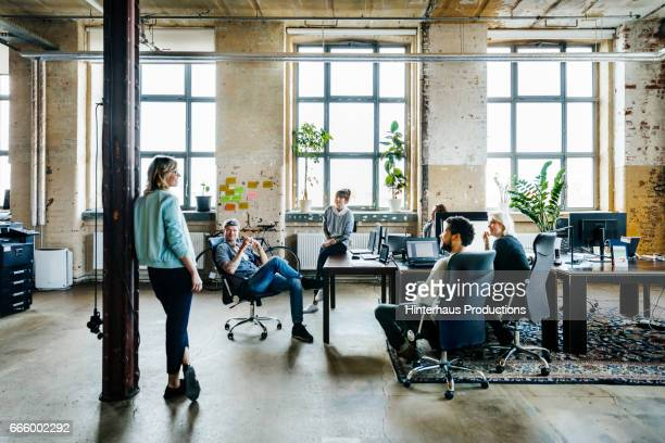 informal office meeting - entrepreneur stock-fotos und bilder