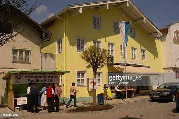 InformationsStand Passanten Geburtsort von Papst Benedikt XVI Gemeinde Marktl PNr 622/2005 vor Bäckerei 'Winzenhörlein' Reise InfoStand bayerische...